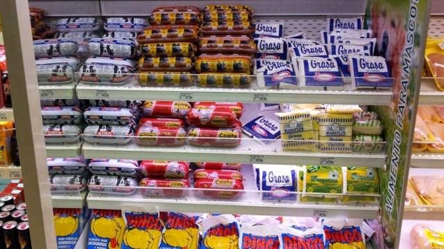 Auswahl von Nassfutter im Supermarkt: dreimal für Hunde, eine Wurst für Katzen