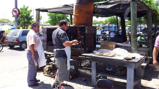 Eigenbau aus Fässern und Blechen auf der Feria in Maldonado