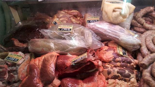 Innereien vom Rind z. B. hinten links: Leber, vorne Mitte: Herz, rechts daneben: Niere