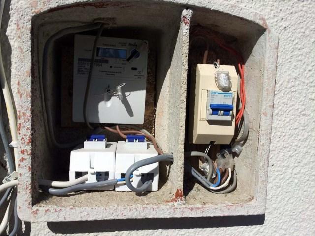 Kasten vor dem Haus mit Stromzähler (li-oben), 2 Sicherungen für Klimaanlagen (li unten) und der Hauptstromschalter für das Haus - auch ein 32A Sicherungsautomat