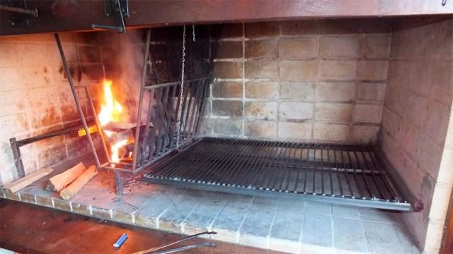 Uruguay Grill - Erst Feuer machen, dann Glut unter den Rost schieben
