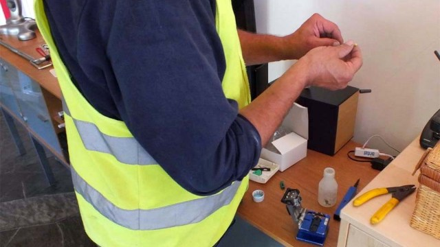 Zusammenfummeln der Teile für den Glasfaserstecker