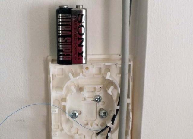 Anschlußdose für Fibra Optica, dünn wie ein Haar. Zum Vergleich die 9V Batterie.