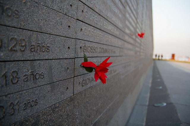 """Namen und Daten von Opfern der Diktatur in Argentinien im """"Park der Erinnerung"""" in Buenos Aires"""
