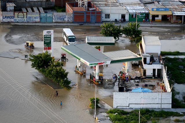 Eine überflutete Tankstelle im Norden Perus