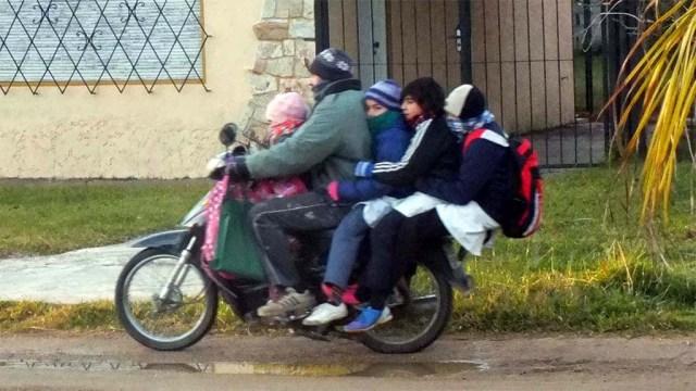Schultransport vor unserem Haus.