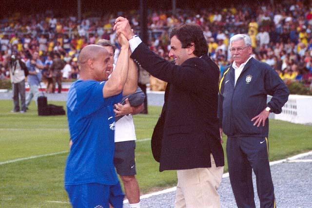 Roberto Carlos (li.) mit dem Politiker Aécio Neves (re.), der inzwischen inmitten eines Korruptionsskandals steht