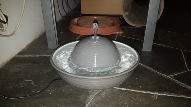 Keramik-Trinkbrunnen, das Highlight, da einfach und gut zu reinigen, sehr stabil und qualitativ das Beste, was man für Katzen nutzen kann.