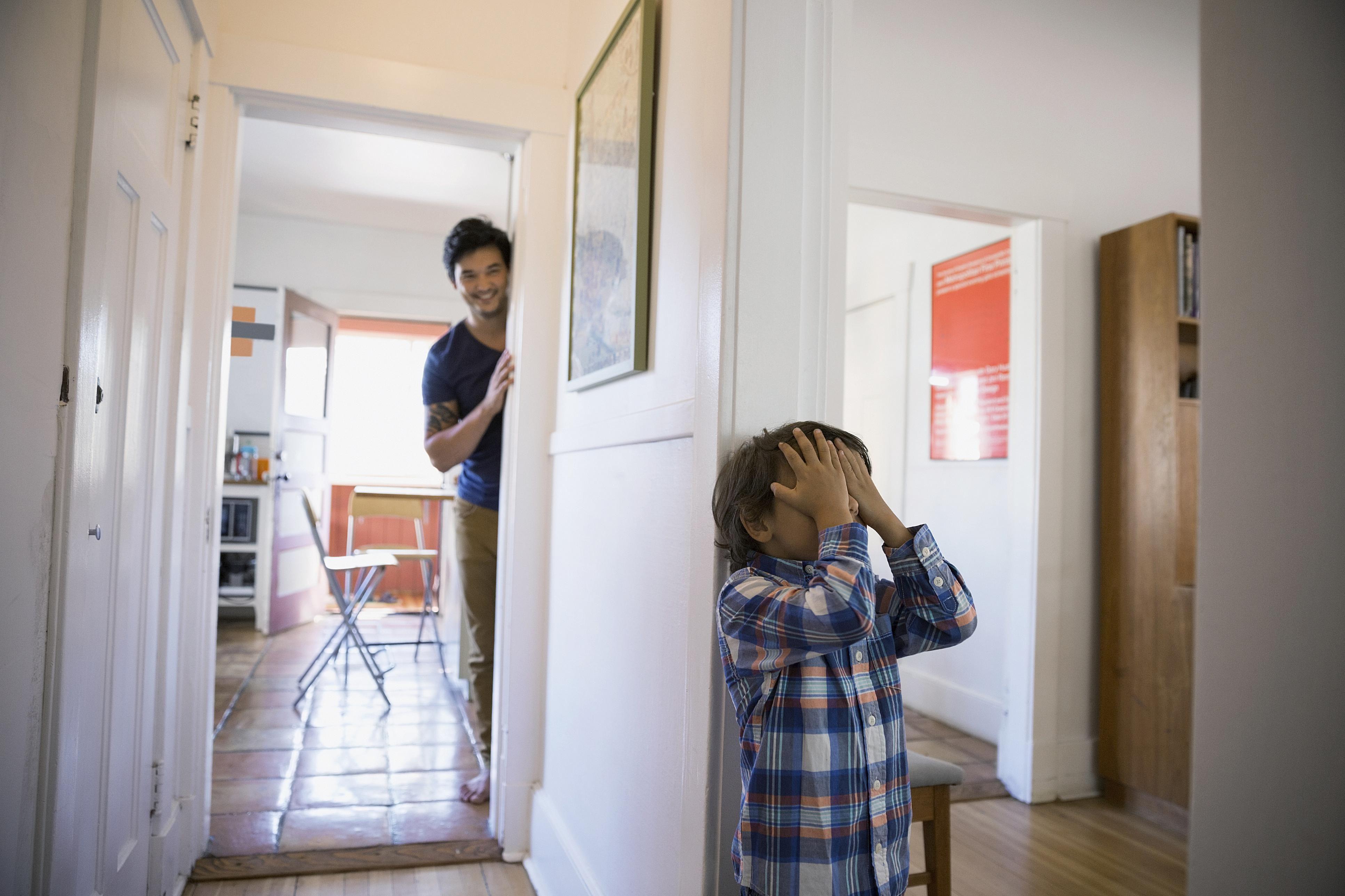 Resultado de imagen para jugando escondidas en casa
