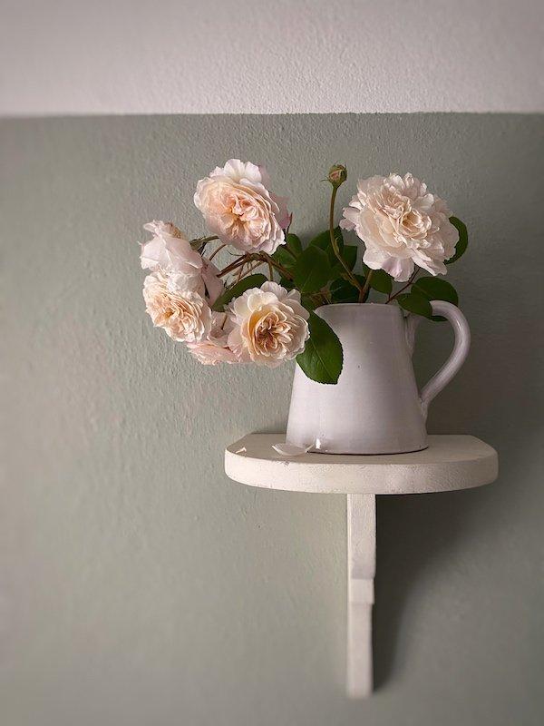 Constance brocca in ceramica smaltata di bianco su mensola