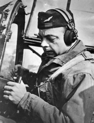Antoine-de-Saint-Exupéry-in-cocpit-of-Lockheed-F-5B-305x400