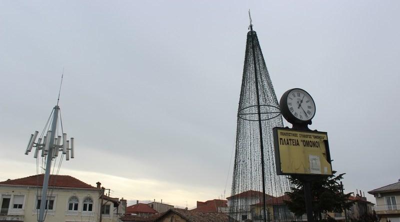 Σε Χριστουγεννιάτικους ρυθμούς ακόμα η Πλατεία Ομονοίας – φωτο