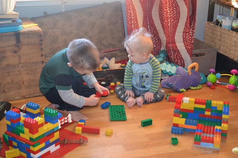 Levi Mathias oppdager lego. Elsker å rote oppi legokassa mens Mika Bygger ting.