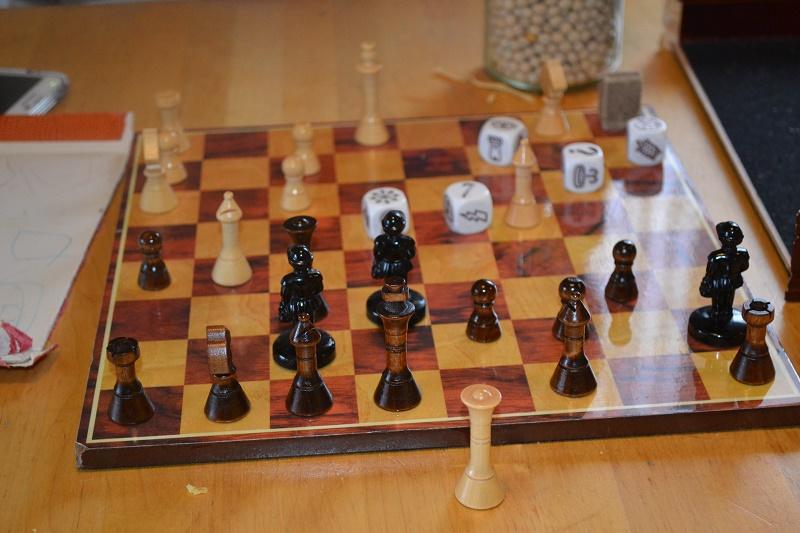 """Julian vinner alltid over meg i sjakk. Men jeg gir meg ikke. En dag SKAL jeg ta ham! Jeg vinner oftest i """"fire på rad """" da :)"""
