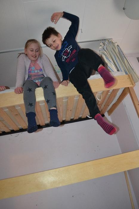 Eskil sjekker hvordan det er å hoppe ned. ( Det ligger en madrass på gulvet).