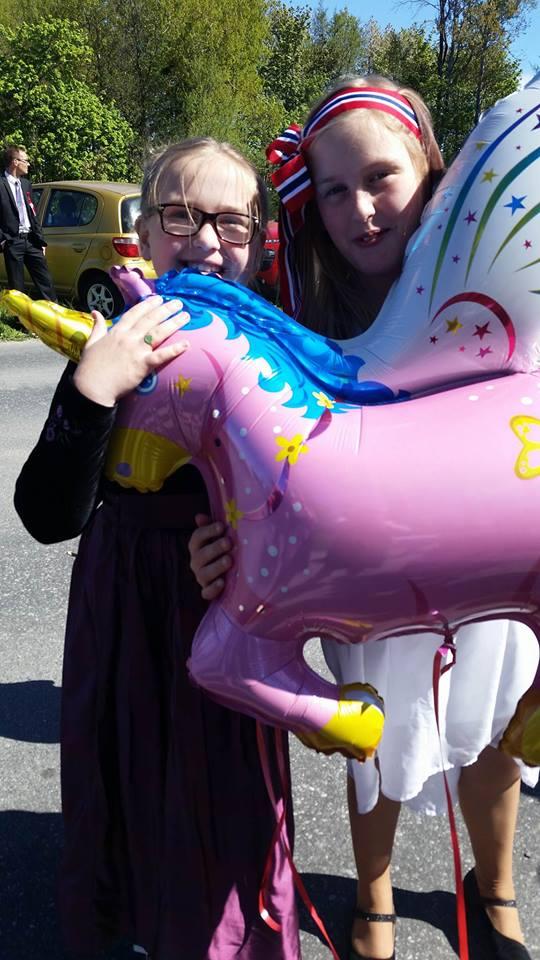 Bestemor kjøpte gassballong til jentene.
