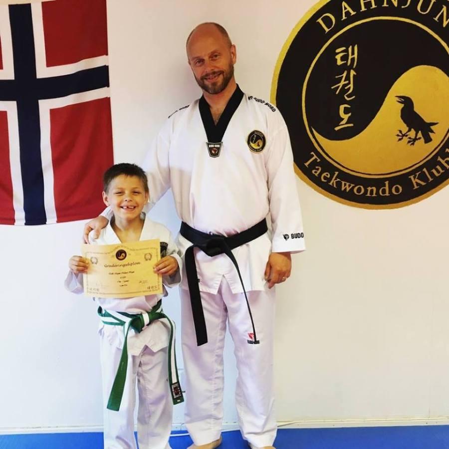 Eskil fikk grønt belte! Her med trener sin (pappaen).