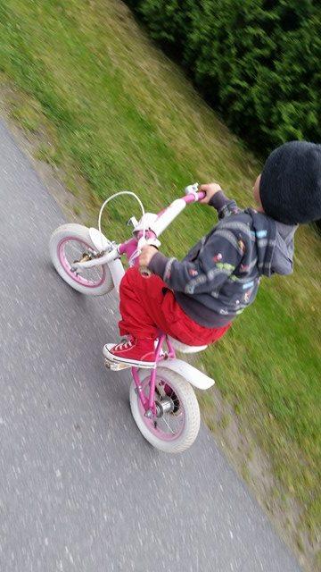 Mika elsker å sykle!