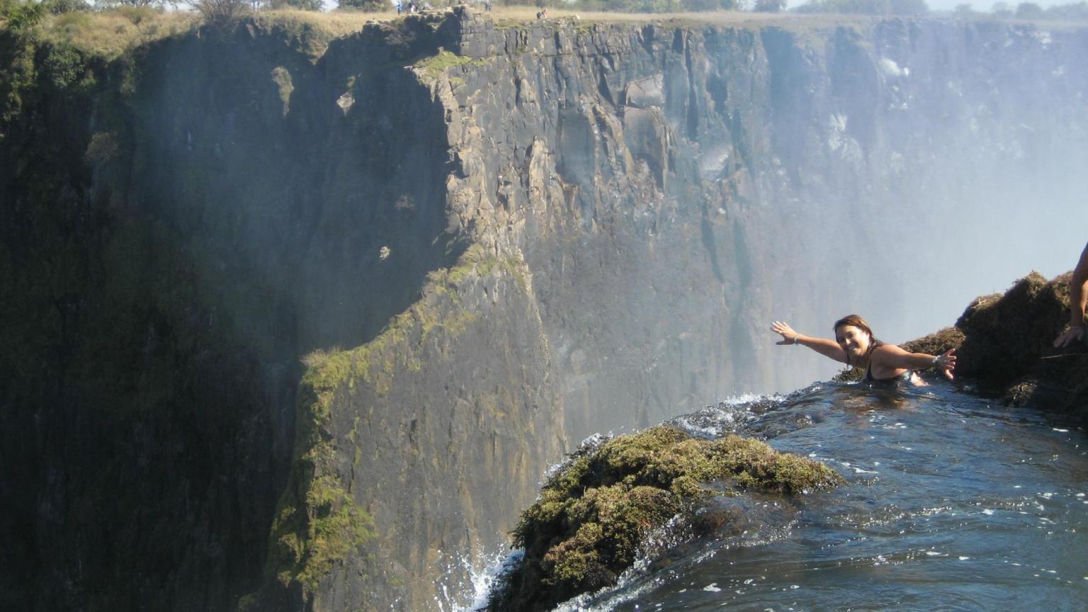 la piscina del diavolo nuotare sull orlo della cascata