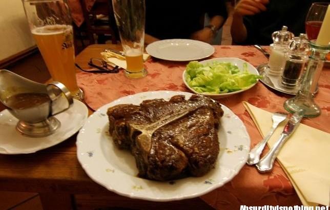 Il fratello prende la bistecca pià grande