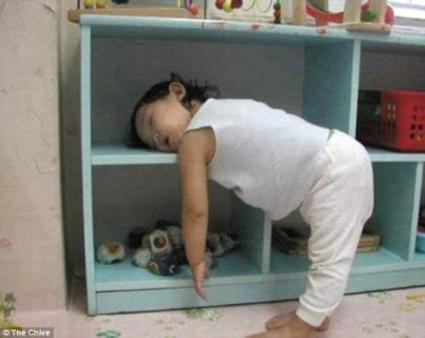 Bambini addormentati in posizioni assurde5