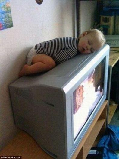 Bambini addormentati in posizioni assurde6