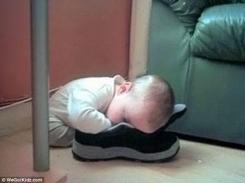 Bambini addormentati in posizioni assurde7