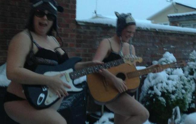 Nuova moda su Facebook, tutti nudi sulla neve! (5)