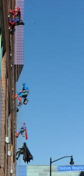 Lavano le finestre di un ospedale pediatrico vestiti da supereroi (1)