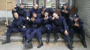 Agenti di Polizia posano come gangsta rappers