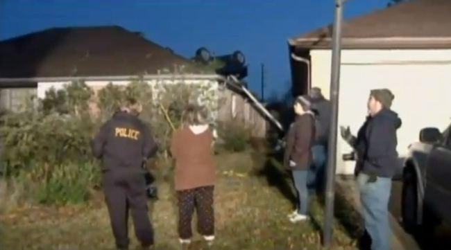 Auto volante cade su un tetto (3)