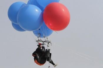 Vola legato a dei palloncini d'elio per beneficienza (4)