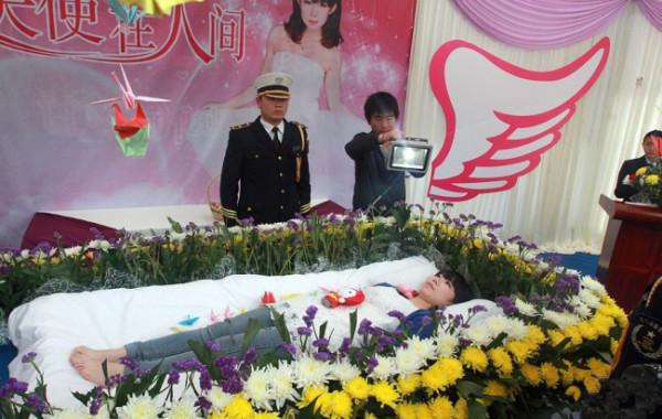 Ragazza cinese organizza e partecipa al suo stesso funerale
