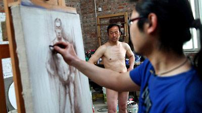 Diventa modello di nudo per aiutare il figlio