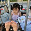 Porta a scuola le nipotine dentro una gabbia che trascina con un risciò (4)
