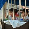 Porta a scuola le nipotine dentro una gabbia che trascina con un risciò (2)