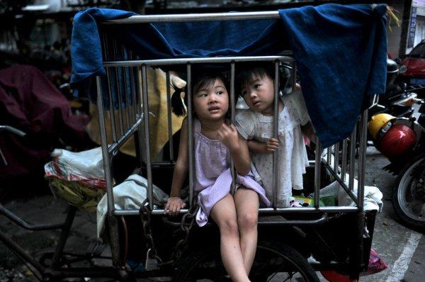 Porta a scuola le nipotine dentro una gabbia che trascina con un risciò (1)