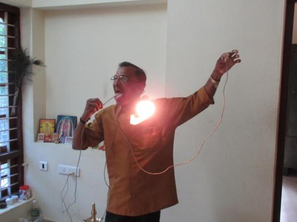 Raj Mohan Nair, l'uomo che fa passare l'elettricità attraverso il corpo (2)