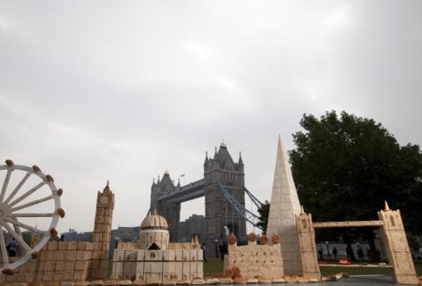 Artista ricostruisce monumenti di Londra con il pane (1)