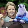 Bimba di 9 anni passa la dogana con il passaporto di un unicorno (1)