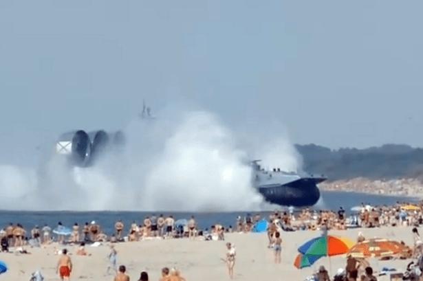 Aeroscafo militare sbarca in una spiaggia affollata