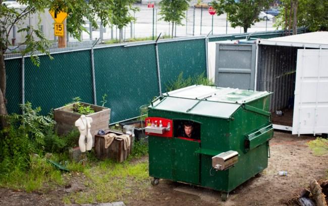 Converte un bidone dei rifiuti in una casa (2)