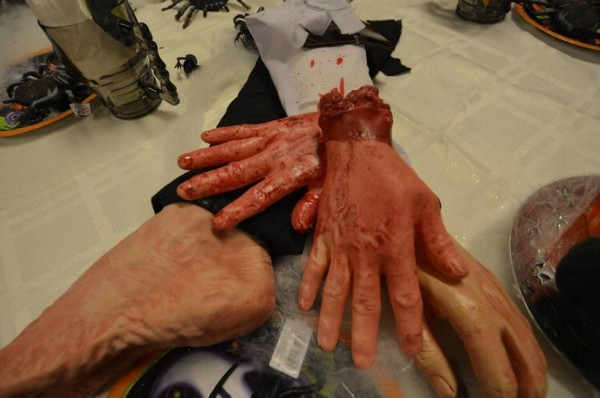 Negozio norvegese vende mani mozzate per Halloween (2)