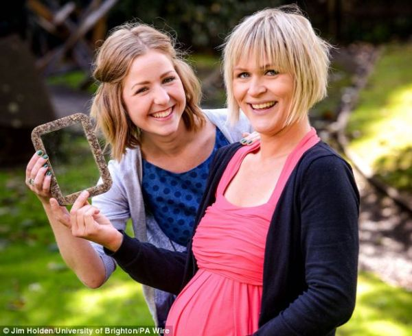Artista londinese trasforma la placenta in cornici per foto (3)