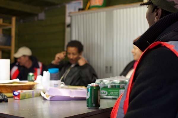 Amsterdam, pagano i senzatetto in birre per pulire le strade