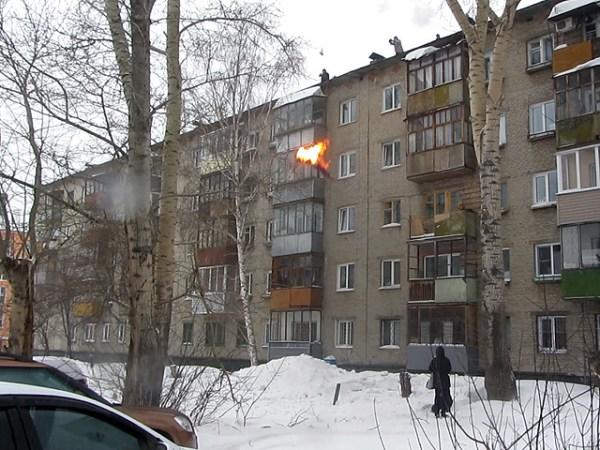 Si dà fuoco e si butta sulla neve da un tetto