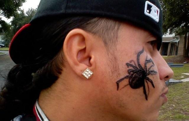 Si tatua un ragno sulla guancia per combattere l'aracnofobia