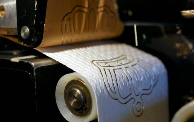 Carta igienica decorata con motivi in oro 24 carati (3)