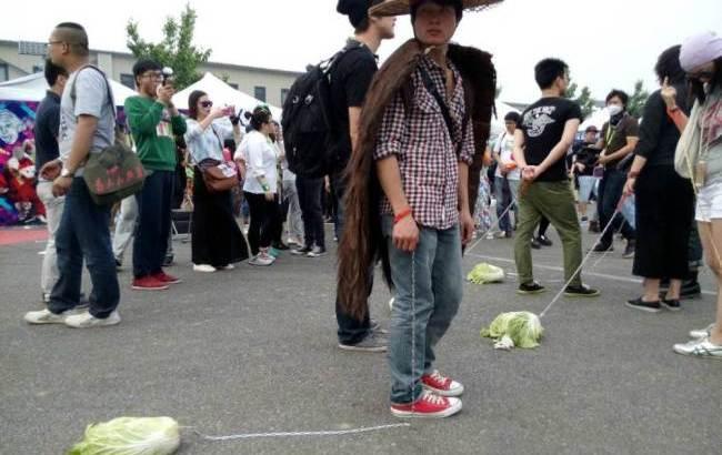 Adolescenti cinesi portano a passeggio la verdura
