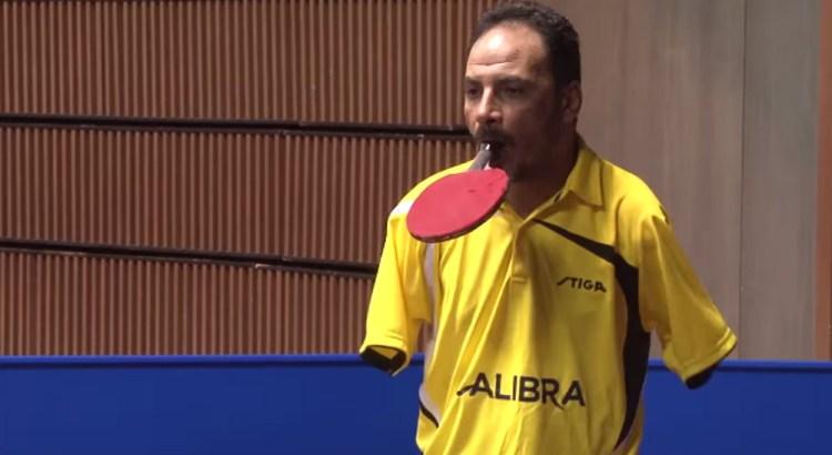 Gioca a ping pong senza braccia